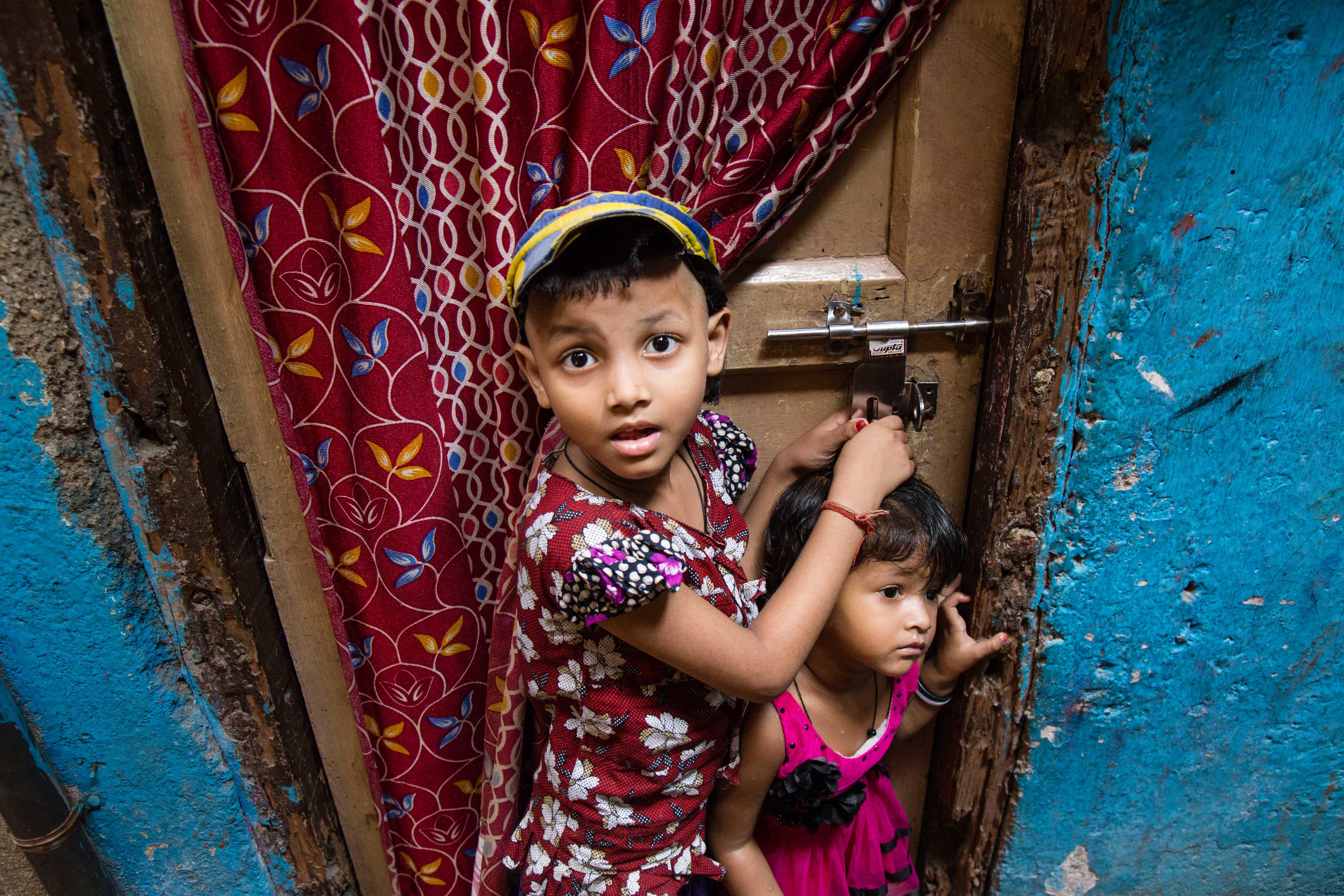 Mumbai (Bombay), slums smiles.