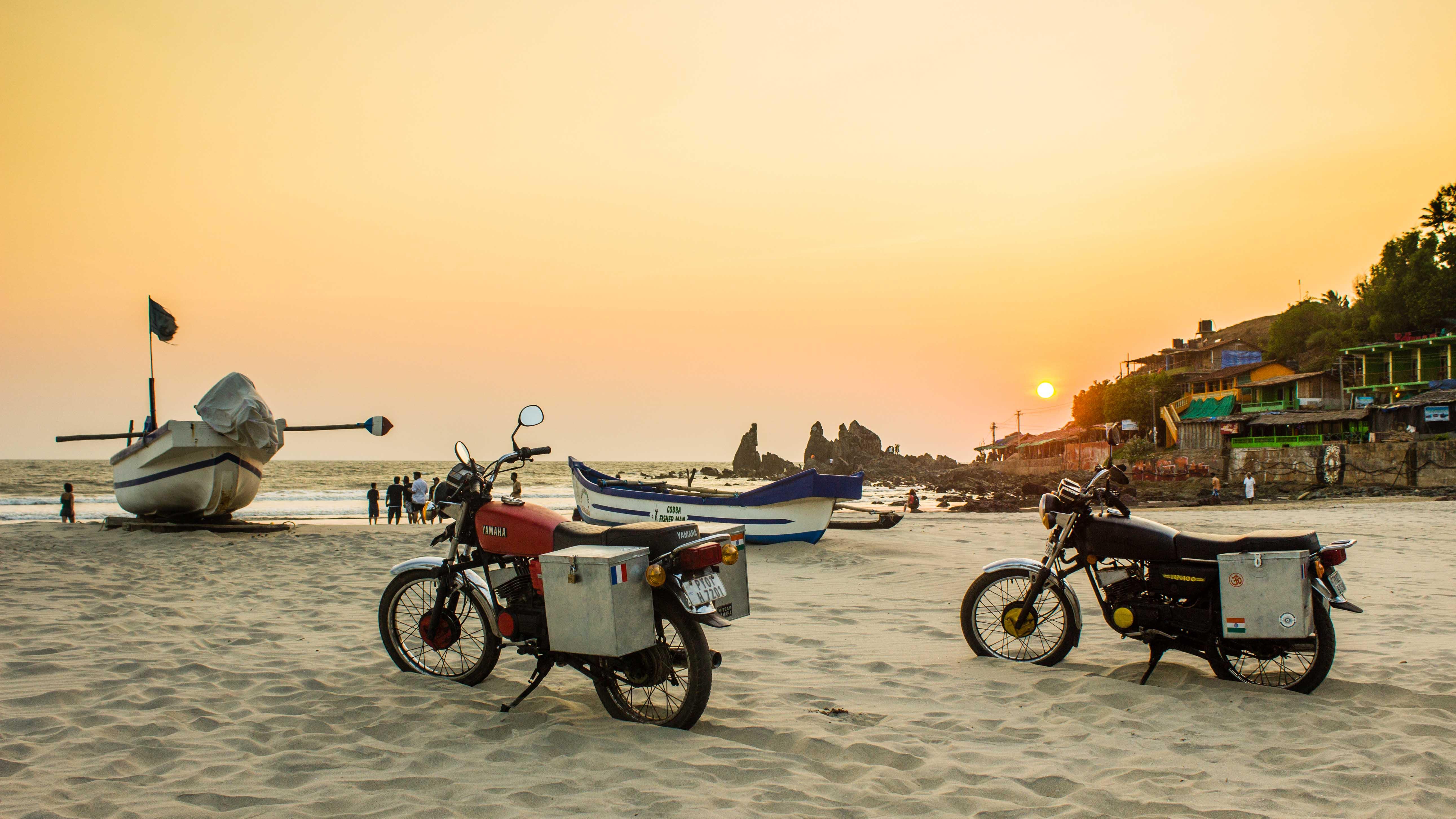 Les roues dans le sable à Goa, entre mer d'Oman et cocotiers, vue de la route par lolo&john photographers