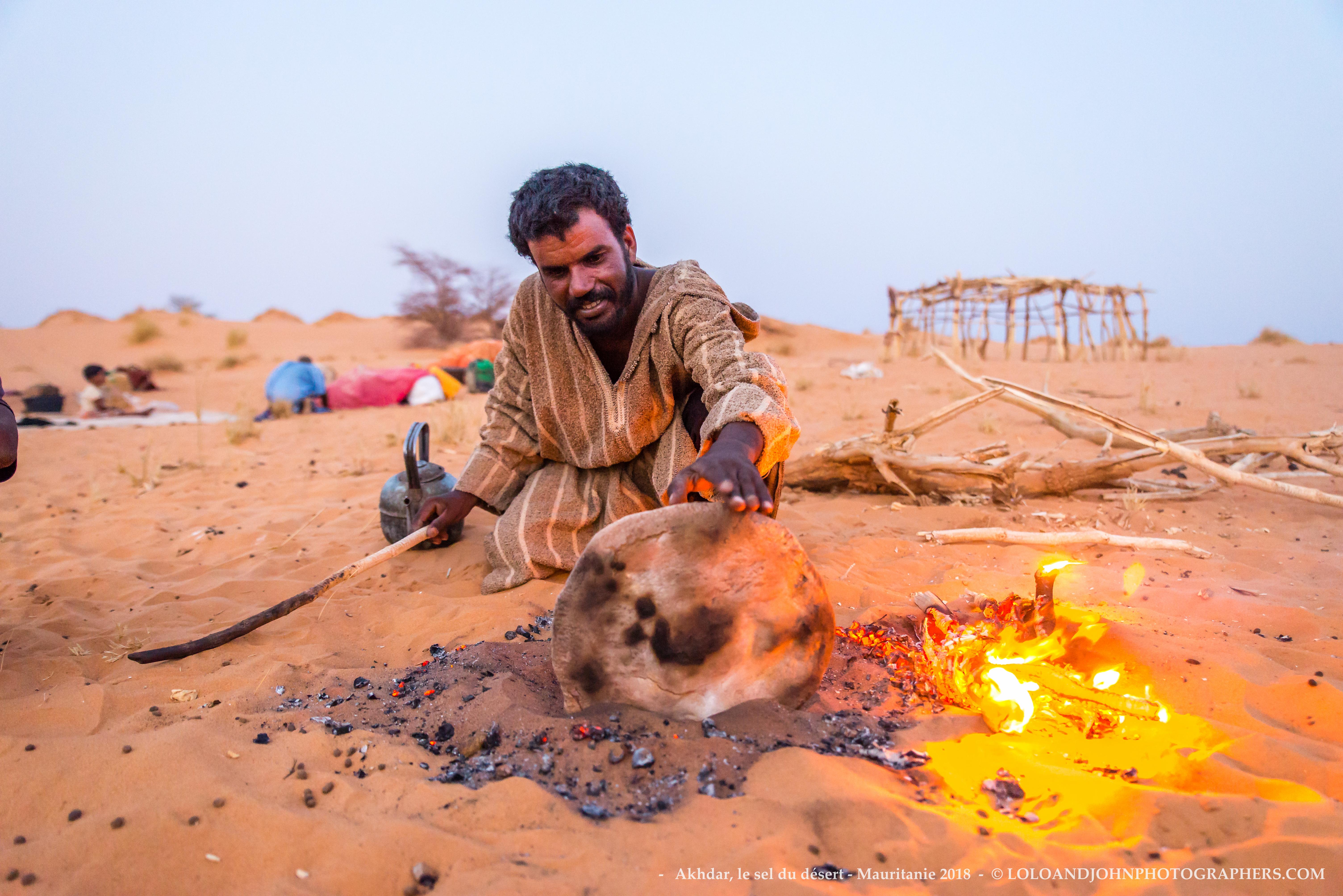 Cuisson traditionnelle du pain dans le sable